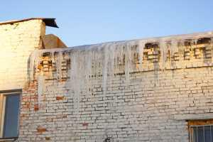 Удаление сосулек с карниза здания в Екатеринбурге