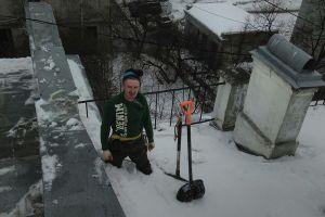 Сбрасывание снега с крыш